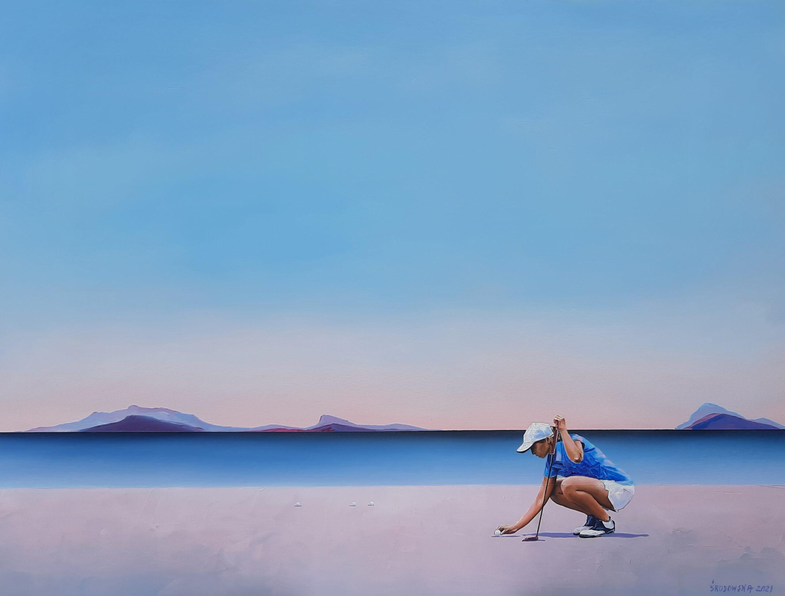Obraz przedstawia osobę, w letnim stroju sportowym, która kuca nad piłka golfową i oiera się na kiju golfowym. Jest to na plaży. Jest letni dzień.
